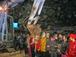 Từ 4 giờ sáng ngày 24 tháng 12 sáng người dân ở chợ Cầu, thôn Thanh Ấm đã phải đối phó với lục lượng cưỡng chế. Courtesy blog Le Hien Duc
