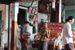 Chủ một quán cơm đang dùng micro để điều hành nhân viên. RFA photo