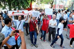 Sáng nay (10/5), trước cổng Lãnh sự quán Trung Quốc, hơn 100 người dân TP.HCM đã tụ họp, phản đối việc TQ đưa giàn khoan vào vùng biển Việt Nam