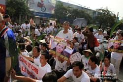 Người dân đến tham dự phiên tòa nhưng bị ngăn chặn từ xa. Photo by JB. Nguyễn Hữu Vinh
