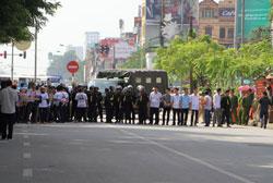 Công an, an ninh dàn hàng ngang ngăn cản người dân đến tham dự phiên tòa sáng 02/10/2013. Photo by JB. Nguyễn Hữu Vinh