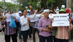 Người dân Hưng Yên phản đối việc lấy đất của dân cho dự án Eco Park. AFP photo