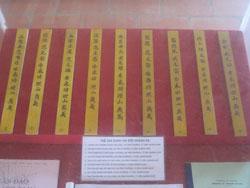 Thẻ bài ghi danh liệt sĩ hải đội Hoàng Sa trên đảo Lý Sơn, ảnh chụp hôm 20/10/2012. RFA PHOTO/Uyên Nguyên.