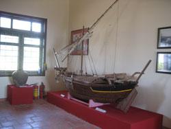 Mô hình chiếc thuyền của hải đội Hoàng Sa thế kỷ 17 trưng bày tại Nhà lưu niệm hải đội Hoàng Sa trên đảo Lý Sơn, ảnh chụp hôm 20/10/2012. RFA PHOTO/Uyên Nguyên.