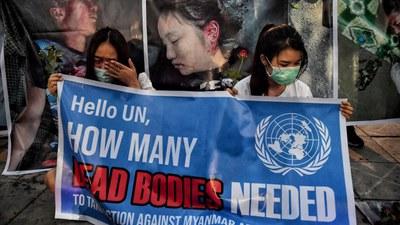 Các bạn trẻ Miến Điện ở Thái Lan tưởng niệm vinh danh những người biểu tình bị bắn thiệt mạng ở Myanmar ngày 3/3/2021. Hình chụp ngày 4/3/2021