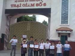 Những người ủng hộ Blogger Điếu Cày bên ngoài Trại giam số 6 ở Thanh Chương, Nghệ An nơi giam giữ tù nhân chính trị blogger Điếu Cày, Nguyễn Văn Hải, hôm 22/7/2013. Citizen Photo.