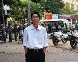 Anh Đinh Nhật Uy đứng trước tòa ngày 16 tháng 4 năm 2014