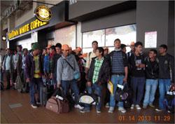 Công nhân nhập cư làm thủ tục tại sân bay Kuala Lumpur. Photo by Tường An