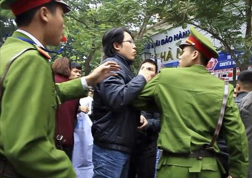 Công an Việt Nam trấn áp người biểu tình chống Trung Quốc tại Hà Nội ngày 9 tháng 12 năm 2012.