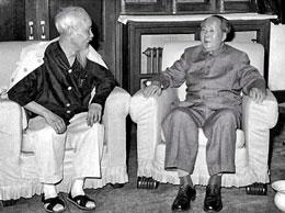 Ông Hồ Chí Minh và Mao Trạch Đông (ảnh tư liệu không rõ năm chụp)
