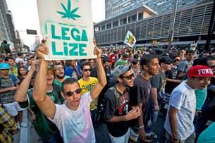 Hàng trăm người Brazil tham gia một cuộc diễu hành đòi hợp pháp hóa cần sa (marijuana) ngày 08 tháng 6 năm 2013, tại Sao Paulo, Brazil.