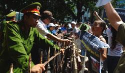 Công an ngăn chặn người dân biểu tình chống Trung Quốc tại Hà Nội hôm 22/7/2012. AFP photo