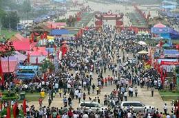 Hàng năm đông đảo dân chúng và kiều bào  tham dự chương trình Lễ giỗ Tổ Hùng Vương. (Nguyentandung.org)