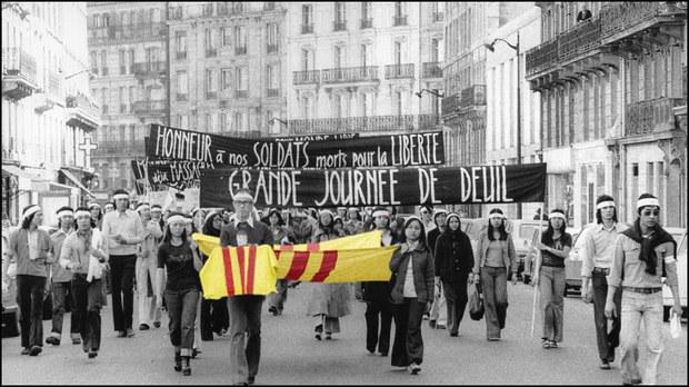 Paris. Đại lộ Gay Lussac, 3 giờ chiều ngày 27 tháng 4, 1975, sinh viên các đại học Paris, đại học Orsey đeo tang diễu hành...Việt Nam mất vào tay cộng sản 3 ngày sau đó