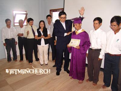 MS. Nguyễn Hồng Quang phong chức mục sư cho Thầy Y-Ya Son (Blog Mennonite)