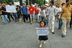 Bé gái trong hình luôn dẫn đầu đoàn biểu tình. Bạn đọc cho biết, vì bà nội bé không đi được, nên đã gửi người hàng xóm đưa bé đi biểu tình chung. Source Citizen photos