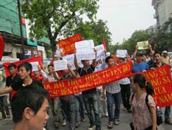 Biểu tình chống Trung Quốc tại Hà Nội sáng 12-06-2011. Photo courtesy of AnhBaSamBlog.