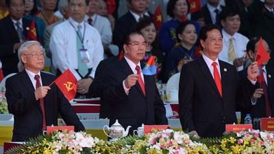 Từ trái sang: TBT Nguyễn Phú Trọng, Cựu TBT Nông Đức Mạnh và TT Nguyễn Tấn Dũng tại cuộc diễn binh mừng ngày 30 tháng 4 ở TPHCM. AFP PHOTO.