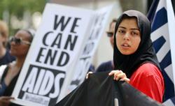 Một phụ nữ tham gia tuần hành bên ngoài trụ sở LHQ đòi hỏi các biện pháp ngăn chặn nạn dịch HIV/AIDS hôm 08/6/2011. Ảnh minh họa. AFP photo