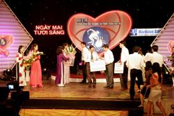 """DS. Đỗ Văn Doanh, Giám đốc Công tyVinphaco ủng hộ Quỹ """"Vì ngày mai tươi sáng"""". Photo courtesy of vinphaco.com"""