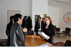 NS Trúc Hồ trao TNT cho bà Laura Dupuy Lasserre, chủ tịch Hội Đồng Nhân quyền Liên Hiệp Quốc hôpm 10/12/2012. Phto by Tường An/RFA