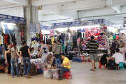Những gian hàng ở chợ Đồng Xuân, Hà Nội (minh họa) RFA
