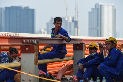 Hình minh hoạ. Công nhân sửa cầu Thăng Long đang ngồi nghỉ hôm 27/8/2020