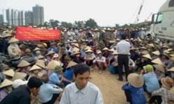 Dân huyện Văn Giang biểu tình ngồi, đòi hỏi công lý.