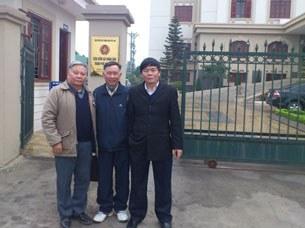 (từ trái)Đại tá công an đã nghỉ hưu Nguyễn Đăng Quang, ông Nguyễn Hữu Khánh (cử tri tại Hải Phòng) và luật sư Trần Vũ Hải