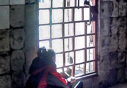 Lối ra ngoài duy nhất của người lao động là khung cửa sắt có hai lần khóa. Ảnh: NLĐ cung cấp