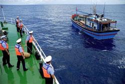 Tàu ngư chính của Trung Quốc đang bắt tàu cá Việt Nam, ảnh chụp trước đây. File photo.