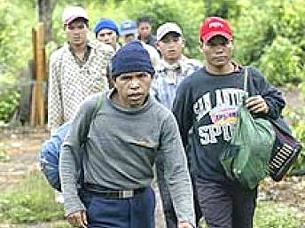 Người Thượng bị đàn áp thường vượt rừng biên giới sang Campuchia. Source DongChuaCuuThe