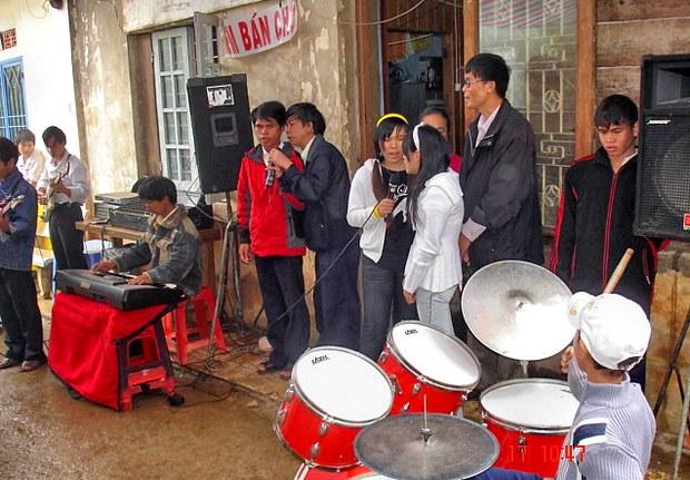 Hội viên Hội người mù Lâm Đồng đang biểu diễn văn nghệ