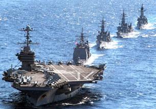 Tàu sân bay Mỹ USS George Washington dẫn đầu một đoàn tuần dương hạm tên lửa trong cuộc tập trận quân sự ở Thái Bình Dương tháng 12, 2010. AFP