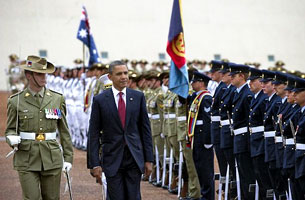 Tổng Thống Hoa Kỳ Barack Obama duyệt hàng quân danh dự khi đến Úc. 16/11/2011. AFP