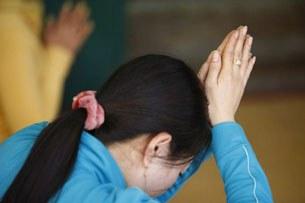 Cầu nguyện ở chùa (minh họa)