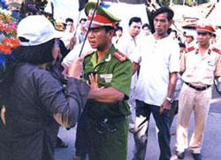 Tín đồ PGHH bị ngăn cản trong ngày Lễ Đản Sanh Đức Huỳnh Giáo Chủ tại An Giang (ảnh minh họa)