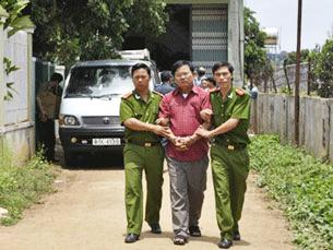 Mục Sư Nguyễn Công Chính khi bị bắt, ngày 28 tháng 4, 2011, và bị tuyên án 11 năm tù giam vào ngày 26/3/2012