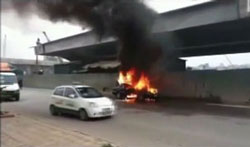 Một chiếc Mercedes đang chay cũng bốc cháy. Screen capture.