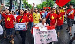 Cụ Lê Hiền Đức có mặt trong đoàn biểu tình chống Trung Quốc tại Hà Nội hôm 22-07-2012. AFP