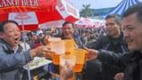 Những người tham dự lễ hội bia hàng năm của địa phương tại Hà Nội vào ngày 07 Tháng Mười Hai 2014.
