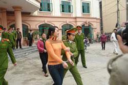 Nữ sinh Nguyễn Thị Hằng sinh năm 1991, trước phiên xử vụ án vị hiệu trưởng Sầm Đức Xương mua dâm nữ sinh tại Hà Giang sáng 27/01/2010. Photo courtesy of bee.net.vn