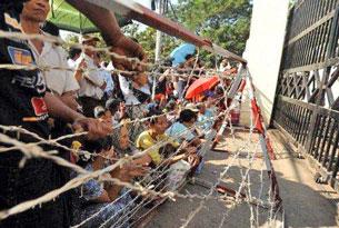 Thân nhân các phạm nhân tập trung ở ngoài trại tù Insean ở Yangon chờ đón.
