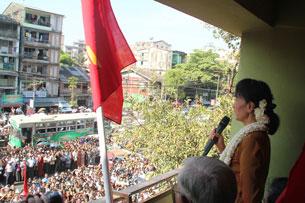 Bà Aung San Suu Kyi nói chuyện với những người ủng hộ tại thị trấn Bahan hôm 11 tháng 1 năm 2012. Photo courtesy of NLD