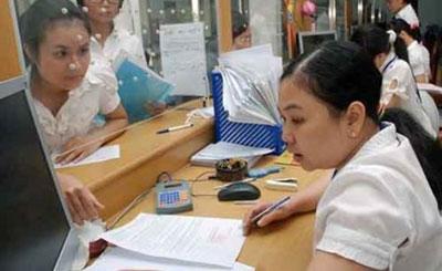 Công chức, viên chức là một trong những đối tượng được đề xuất tăng lương từ ngày 1-1-2015. Trong ảnh: Nhân viên UBND quận 1, TP HCM trong giờ làm việc