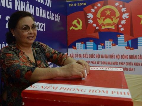 Hình minh hoạ. Một phụ nữ bỏ phiếu ở Hà Nội hôm 22/5/2016 trong cuộc bầu cử Quốc hội.