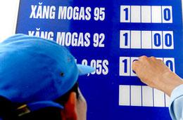 Nhân viên cây xăng đang điều chỉnh giá bán xăng dầu. Courtesy of tinmoi.vn