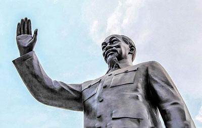 Tượng đài Hồ Chí Minh được làm bằng hợp kim đồng có chiều cao là 7,2 m được đặt trước mặt UBND TPHCM (Kiến Thức)