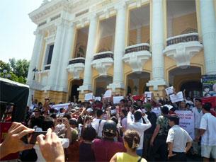 Đoàn người biểu tình tập trung trước Nhà Hát Lớn Hà Nội.