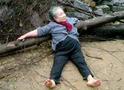 Vợ Mục Sư Luận phản đối việc chiếm đất nên bị hành hung. Photo courtesy of NguoiViet.
